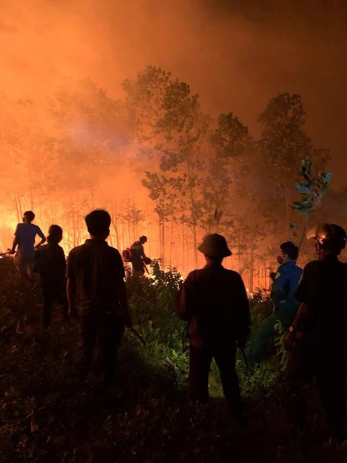 Cháy rừng kinh hoàng ở Hà Tĩnh: Lập chốt chặn trên QL 1A cũ, sơ tán dân - Ảnh 4.
