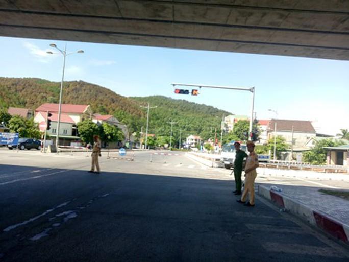 Cháy rừng kinh hoàng ở Hà Tĩnh: Lập chốt chặn trên QL 1A cũ, sơ tán dân - Ảnh 1.