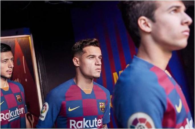 Fan hâm mộ thất vọng với trang phục mới của Barcelona - Ảnh 2.