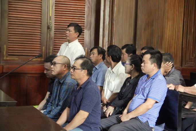 5 bị cáo thoát án tù trong vụ buôn lậu xe hơi do Việt kiều Mỹ cầm đầu - Ảnh 1.