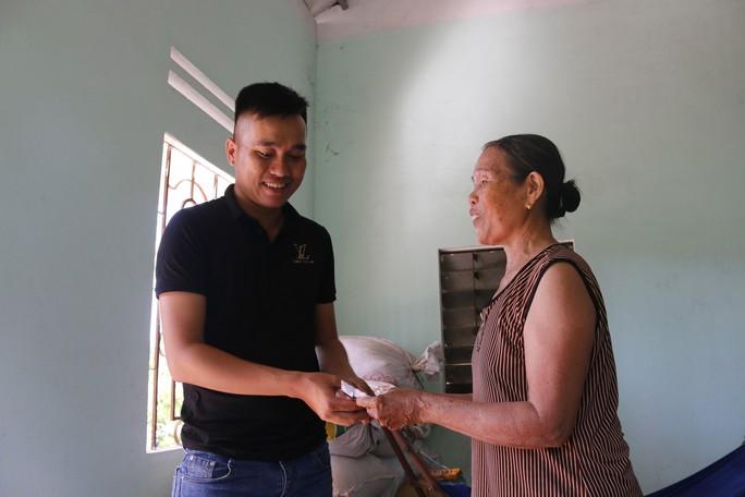 Cộng đồng mạng góp tiền giúp bà bán ve chai bị cướp - Ảnh 1.