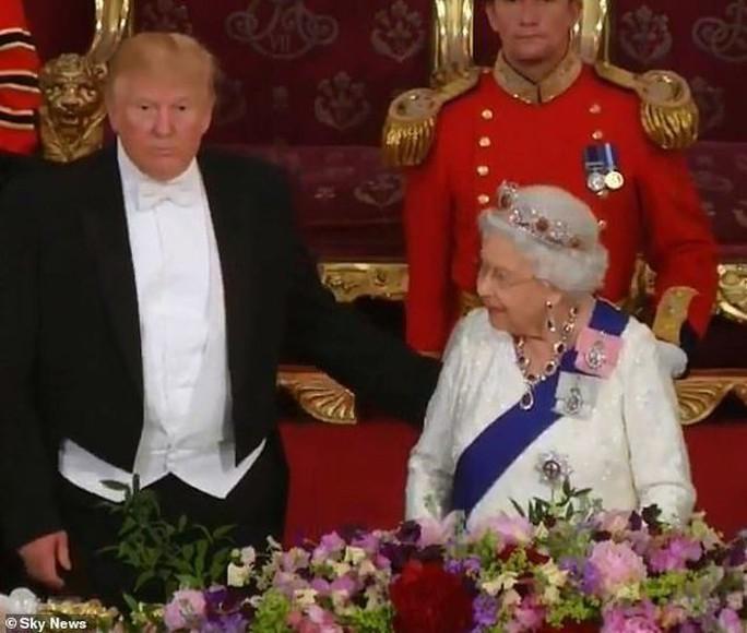 Tổng thống Donald Trump vi phạm nghi thức Hoàng gia Anh - Ảnh 1.