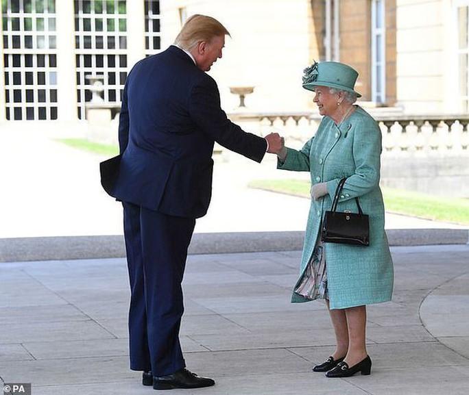 Tổng thống Donald Trump vi phạm nghi thức Hoàng gia Anh - Ảnh 2.