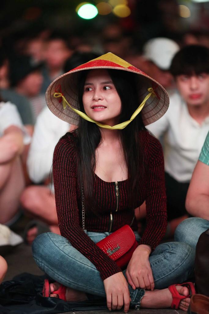 """Hàng ngàn CĐV """"nổ tung"""" cảm xúc khi Việt Nam ghi bàn hạ Thái Lan - Ảnh 5."""