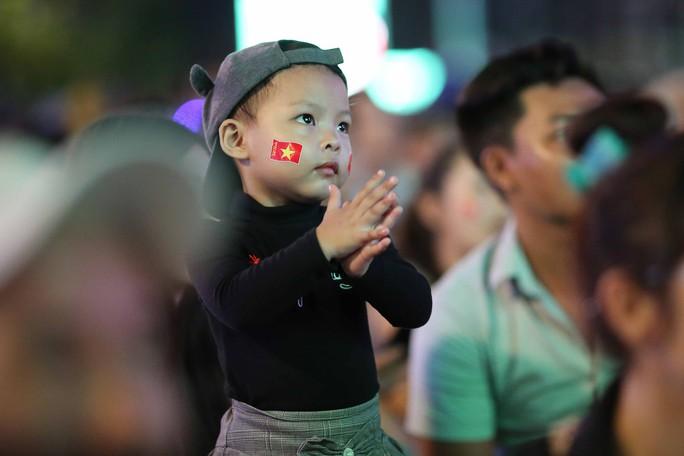 """Hàng ngàn CĐV """"nổ tung"""" cảm xúc khi Việt Nam ghi bàn hạ Thái Lan - Ảnh 6."""
