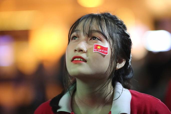 """Hàng ngàn CĐV """"nổ tung"""" cảm xúc khi Việt Nam ghi bàn hạ Thái Lan - Ảnh 4."""