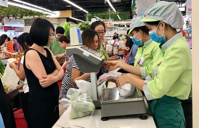 Chất thải nhựa giảm trong siêu thị, tăng ở chợ - Ảnh 1.