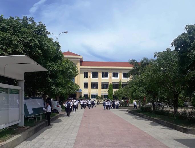 Chiều nay, hơn 6.400 thí sinh tỉnh Quảng Bình phải thi lại môn văn vào lớp 10  - Ảnh 1.