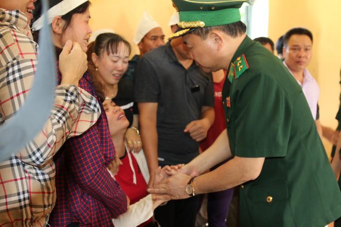 2 con nhỏ của thiếu tá biên phòng hy sinh khi vây bắt tội phạm ma túy được nhận đỡ đầu - Ảnh 2.
