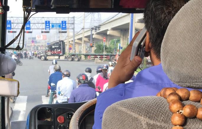 Tài xế xe buýt tám chuyện ghê quá - Ảnh 1.
