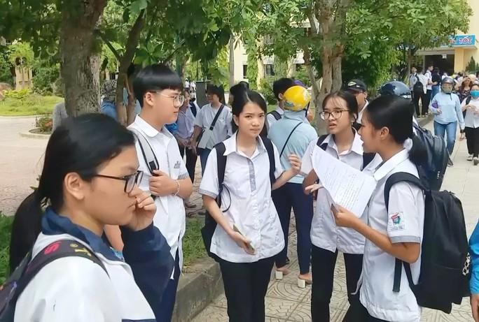Quảng Bình: Thí sinh quỳ gối khóc tại trường vì không biết thi lại môn Văn - Ảnh 1.