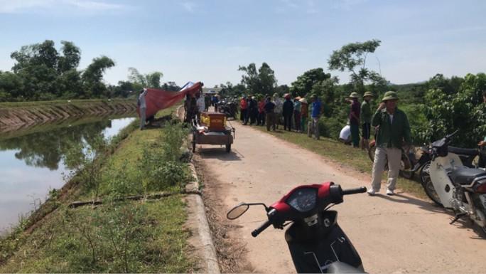 Thấy xe máy trên bờ, lặn xuống kênh thủy lợi phát hiện thi thể nam thanh niên 22 tuổi - Ảnh 1.