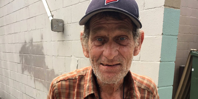 Người đàn ông vô gia cư trở lại trường học sau gần nửa thế kỷ - Ảnh 1.