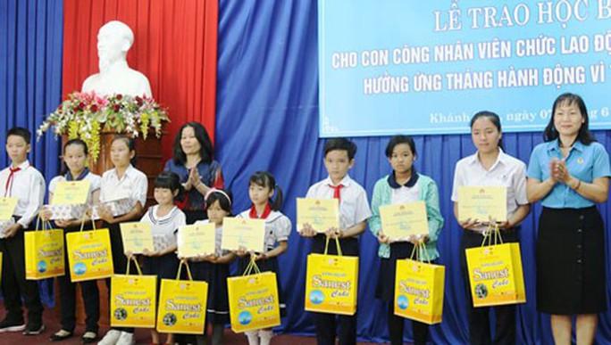Khánh Hòa: Trao học bổng cho con CNVC-LĐ vượt khó học giỏi - Ảnh 1.