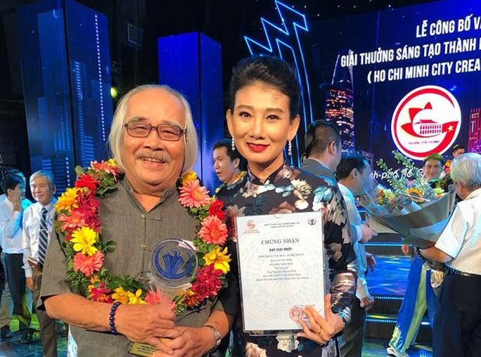 Đạo diễn Trần Minh Ngọc xúc động đón nhận giải thưởng Sáng tạo - Ảnh 1.