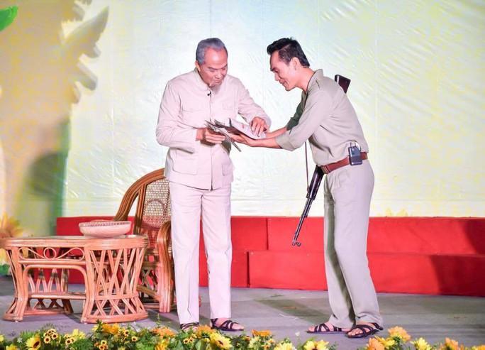 Đạo diễn Trần Minh Ngọc xúc động đón nhận giải thưởng Sáng tạo - Ảnh 3.