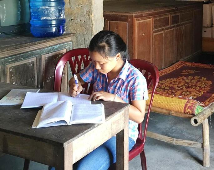 Vụ nữ sinh Quảng Bình quỳ gối khóc xin thi lại môn văn: Chưa hứa trước được điều gì! - Ảnh 1.