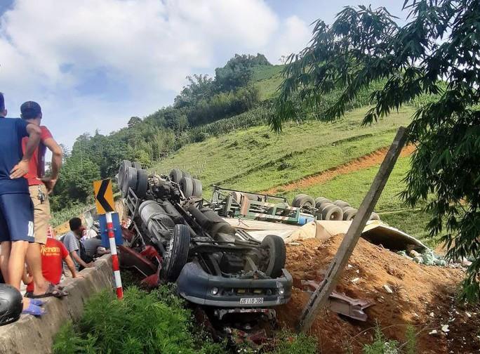 Xuống dốc không làm chủ tốc độ, xe đầu kéo lật ngửa trên QL6, 3 người bị thương - Ảnh 1.