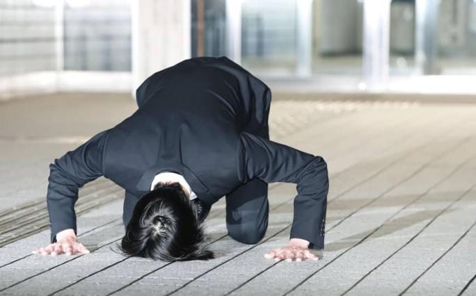 Ca sĩ Nhật Bản quỳ xin lỗi người hâm mộ - Ảnh 1.