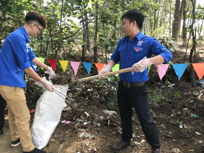 Công nhân làm sạch môi trường - Ảnh 1.