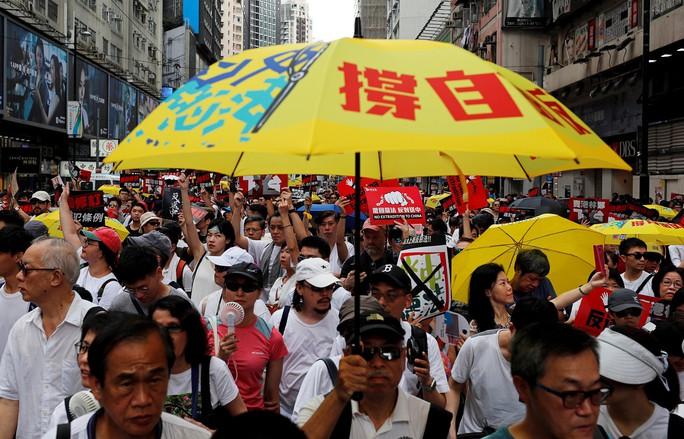 Hồng Kông: Biển người xuống đường phản đối dự luật dẫn độ - Ảnh 2.