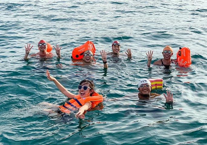 Bơi vượt 100 km biển gây quỹ giúp trẻ học bơi - Ảnh 1.