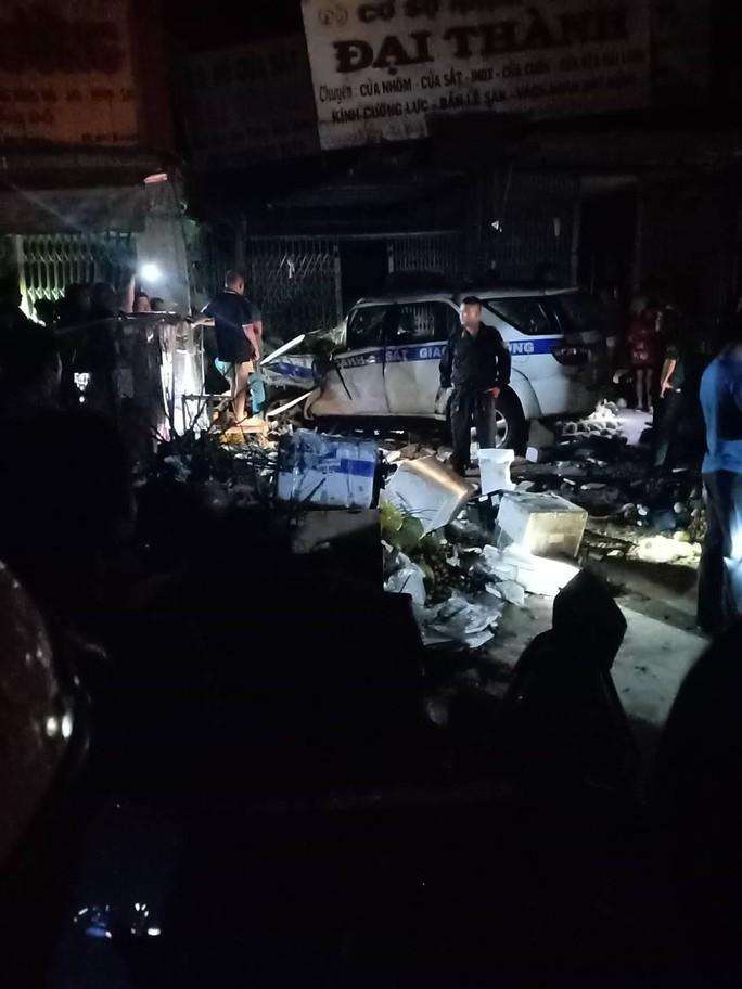 Xe CSGT tông vào tiệm vàng, 1 người dân bị thương - Ảnh 4.