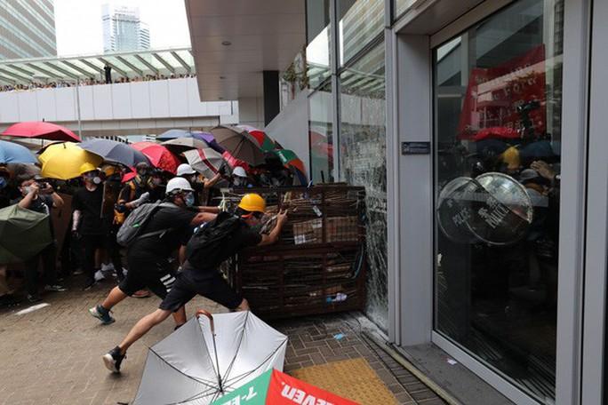 Người biểu tình Hồng Kông đập phá cửa kính, tràn vào Hội đồng Lập pháp - Ảnh 1.
