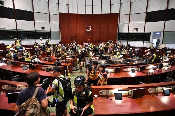 Người biểu tình Hồng Kông đập phá cửa kính, tràn vào Hội đồng Lập pháp - Ảnh 2.
