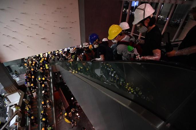 Người biểu tình Hồng Kông đập phá cửa kính, tràn vào Hội đồng Lập pháp - Ảnh 3.