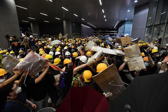 Người biểu tình Hồng Kông đập phá cửa kính, tràn vào Hội đồng Lập pháp - Ảnh 4.