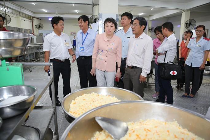 Kiểm tra an toàn thực phẩm bếp ăn tập thể trong KCX - KCN - Ảnh 2.