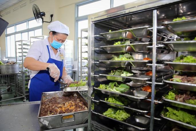 Kiểm tra an toàn thực phẩm bếp ăn tập thể trong KCX - KCN - Ảnh 3.