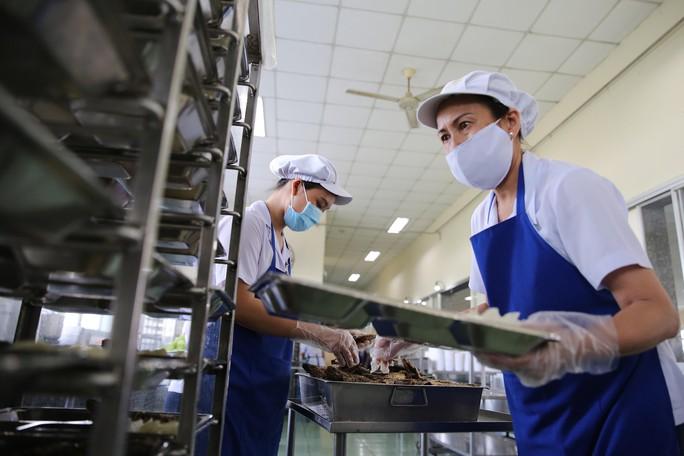 Kiểm tra an toàn thực phẩm bếp ăn tập thể trong KCX - KCN - Ảnh 6.