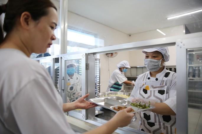 Kiểm tra an toàn thực phẩm bếp ăn tập thể trong KCX - KCN - Ảnh 7.