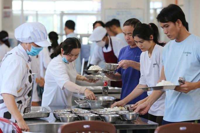 Kiểm tra an toàn thực phẩm bếp ăn tập thể trong KCX - KCN - Ảnh 8.