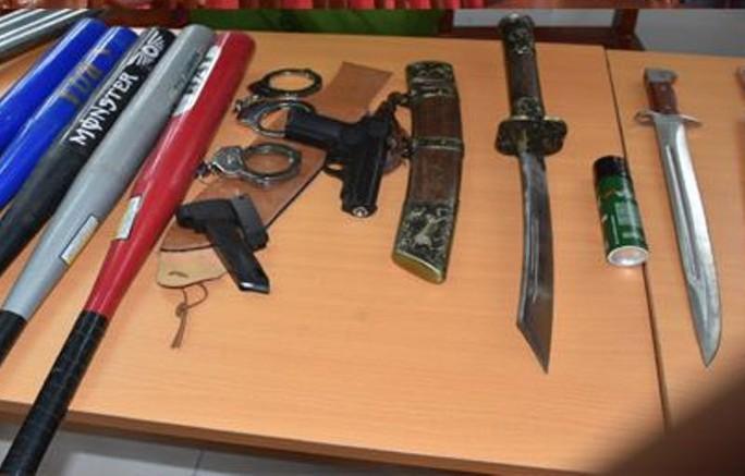 21 thanh niên vác dao kiếm, súng bắn đạn bi hỗn chiến gây náo loạn - Ảnh 2.