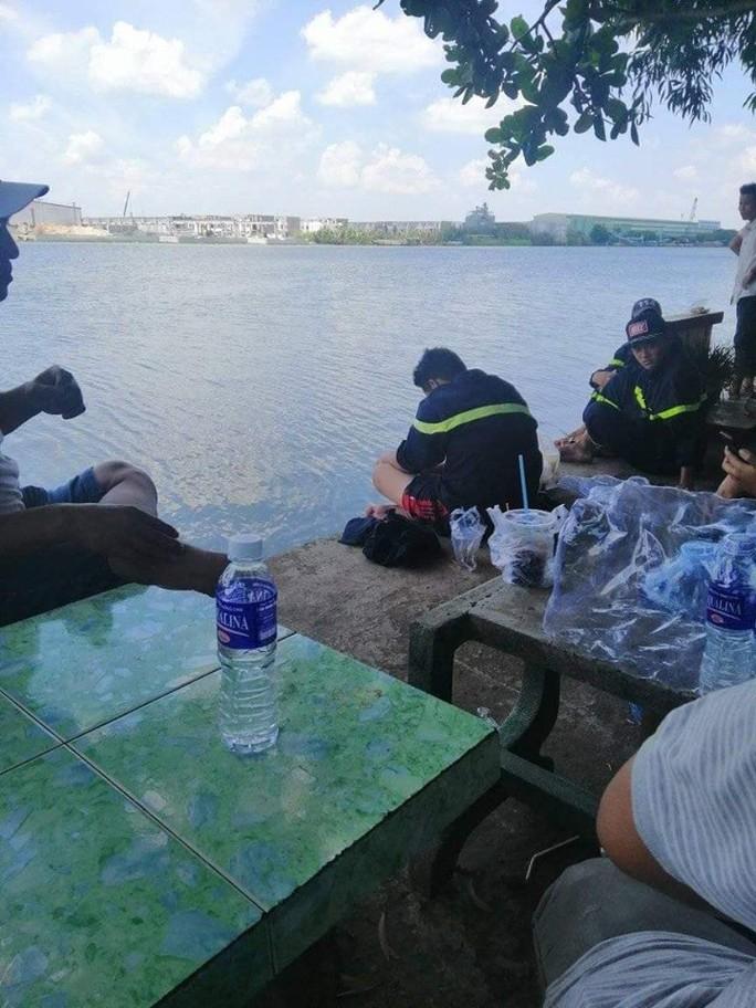 Bé trai bán vé số quê Kiên Giang mất tích trên sông Vàm Cỏ Đông  - Ảnh 1.