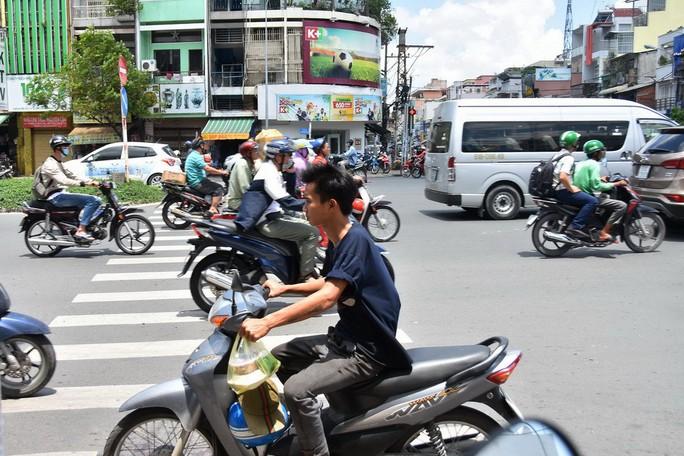 [Phóng sự ảnh] Vi phạm giao thông trên mọi nẻo đường - Ảnh 9.
