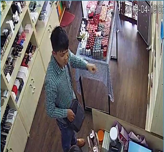 Truy tìm đối tượng nói tiếng Trung Quốc lừa đảo hàng loạt chủ shop - Ảnh 2.