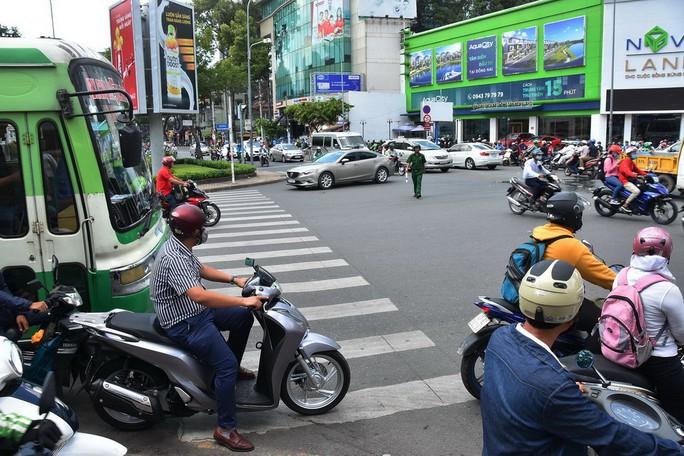 [Phóng sự ảnh] Vi phạm giao thông trên mọi nẻo đường - Ảnh 1.
