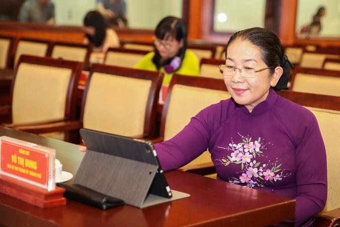 Trải nghiệm kỳ họp HĐND không giấy đầu tiên tại TP HCM - Ảnh 4.