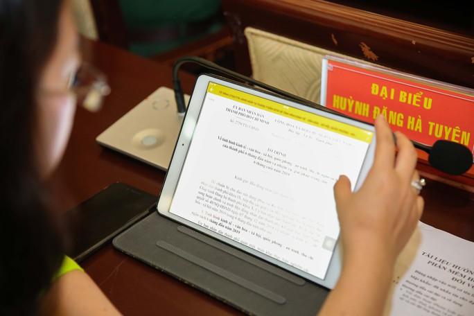 Trải nghiệm kỳ họp HĐND không giấy đầu tiên tại TP HCM - Ảnh 8.