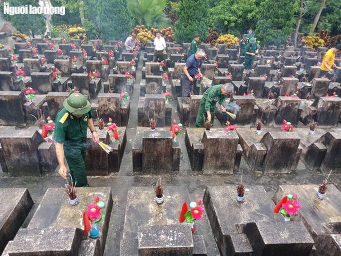 Nghẹn ngào đội mưa viếng đồng đội trước ngày Giỗ trận 12-7 ở Vị Xuyên - Ảnh 3.