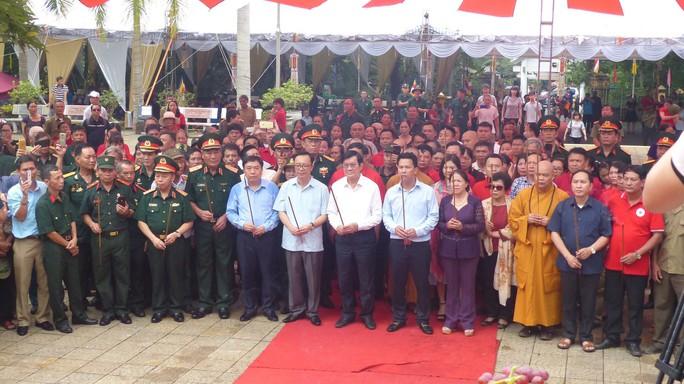 Nguyên Chủ tịch nước Trương Tấn Sang thắp hương tri ân các liệt sĩ trước ngày Giỗ trận Vị Xuyên - Ảnh 1.