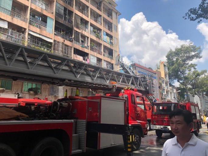 Cháy ký túc xá 929 Trần Hưng Đạo, cư dân nháo nhào, bệnh viện kề bên sơ tán - Ảnh 2.