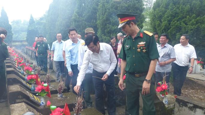 Nguyên Chủ tịch nước Trương Tấn Sang thắp hương tri ân các liệt sĩ trước ngày Giỗ trận Vị Xuyên - Ảnh 5.