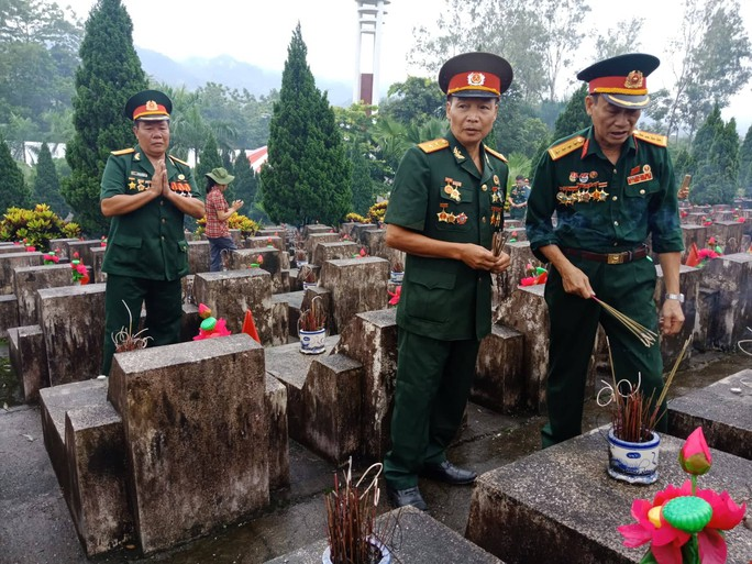 Nguyên Chủ tịch nước Trương Tấn Sang thắp hương tri ân các liệt sĩ trước ngày Giỗ trận Vị Xuyên - Ảnh 8.