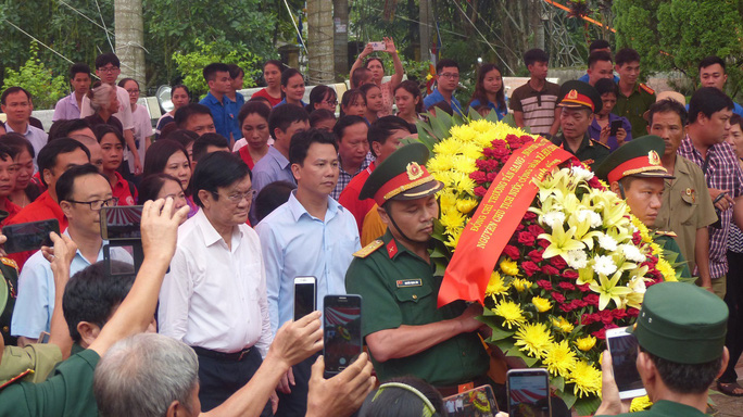 Nguyên Chủ tịch nước Trương Tấn Sang thắp hương tri ân các liệt sĩ trước ngày Giỗ trận Vị Xuyên - Ảnh 3.