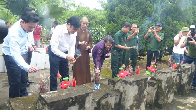 Nguyên Chủ tịch nước Trương Tấn Sang thắp hương tri ân các liệt sĩ trước ngày Giỗ trận Vị Xuyên - Ảnh 6.
